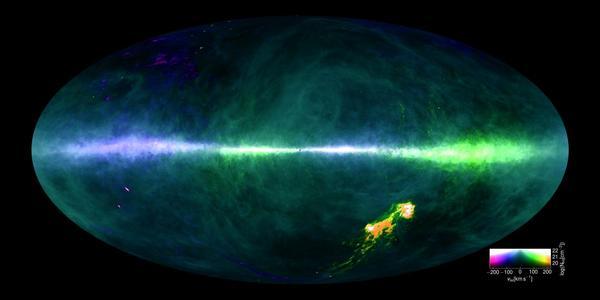 رُسمت خريطة HI4PI باستخدام بياناتٍ من تلسكوب ماكس بلانك الراديوي ذو 100 متر 100 meter Max-Planck radio telescope في أفليسبيرغ- ألمانيا، وتلسكوب CSIRO الراديوي ذو 64 متراً 64 meter CSIRO radio telescope في باركيس- أستراليا.  تعبر ألوان الصور عن اختلاف السرعات، ويمتد مستوي درب التبانة أفقياً وسط الصورة، كما تظهر سحب ماجلان في الجزء الأسفل على جهة اليمين. مصدر الصورة: Benjamin Winkel and the HI4PI collaboration.