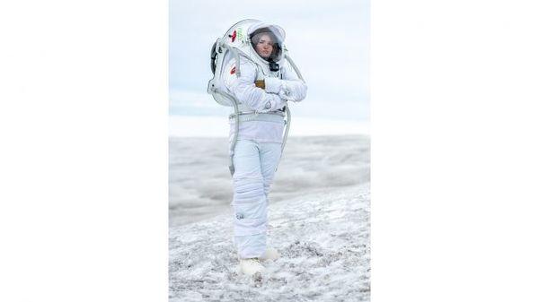 الجيولوجية الآيسلندية هيلغا كريستين ترتدي بدلة الفضاء التناظرية MS1 المريخ. (حقوق الصورة: Dave Hodge/Unexplored Media)