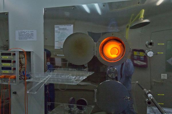 فرن أكسدة يُستخدم في عملية تصنيع خلايا السيليكون الأسود