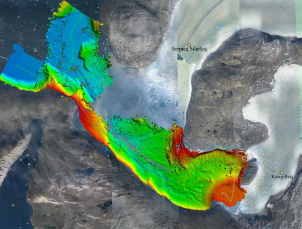 """تظهر في الصورة أعماق قاع البحر في الساحل الغربي لجرينلاند، والتي تقاس بواسطة السونار على متن سفينة بحث كجزء من مشروع """"انصهار محيطات جرينلاند"""" (OMG). يشير اللونان الأحمر والأصفر إلى الطبقات السطحية، والأخضر والأزرق إلى الطبقات الأكثر عمقاً، ويشير الخط الأخضر الرقيق إلى مسار السفينة. تقدم هذه البيانات صورة أفضل لفهم كيفية وصول مياه المحيط الدافئة إلى الأنهار الجليدية. المصدر: وكالة ناسا/ مختبر الدفع النفاث JPL- معهد كاليفورنيا التقني كالتيك Caltech."""
