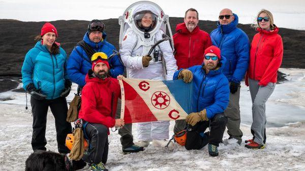 سافر فريق من المستكشفين والباحثين إلى بعض المناطق النائية في آيسلندا مع علم نادي المستكشفين لاختبار بدلة الفضاء التمثيلية MS1 Mars. (حقوق الصورة: Dave Hodge/Unexplored Media)