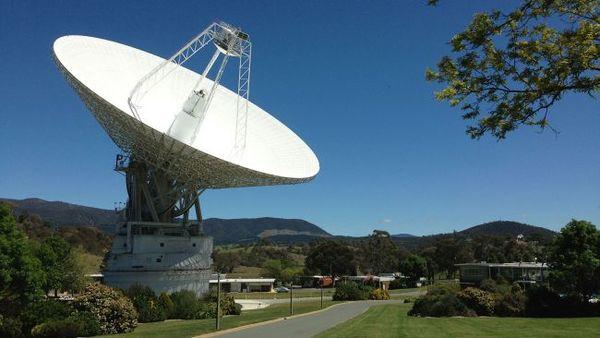 DSS43 اللاقط الردايويّ البالغ عرضه 230 قدما (70 مترًا) في منشأة كانبيرا التابعة لشبكة الفضاء العميق في أستراليا، هو الهوائي الوحيد القادر على إرسال الأوامر إلى مركبة فضاء ناسا، فوياجر 2. يجري تطوير اللاقط منذ مارس/آذار 2020 وحتى يناير/كانون الثاني 2021، ولهذا سيعتمد فوياجر 2 على نفسه طوال هذه الفترة. (حقوق الصورة: ناسا / مجمع اتصالات الفضاء العميق في كانبيرا).