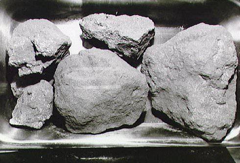 صخور قمرية أتت بها بعثة أبولو 11. Credit: NASA