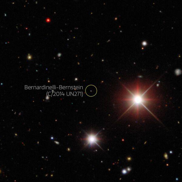 تبين الصورة الخاصة بمهمة مسح الطاقة المظلمة (DES) مذنب برناردينيللي بيرنشتاين، وهي مُلتقَطة بكاميرا الطاقة المظلمة (DE-Cam) بدقة 570 ميغا بيكسل مُثبتَة على تلسكوب فيكتور م. بلانكو في مرصد سيرو تولولو الأمريكي في تشيلي. تَعرضُ هذه الصور المذنب عام 2017 عندما كان على بعد 25 وحدة فلكية، أي ما يعادل 83% من المسافة إلى نبتون. حقوق الصورة: Dark Energy Survey/DOE/FNAL/DECam/CTIO/NOIRLab/NSF/AURA/P. Bernardinelli & G. Bernstein (UPenn)/DESI Legacy Imaging Surveys