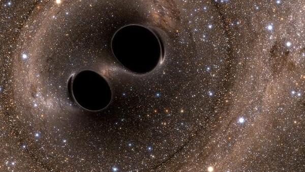 رسم توضيحيّ لموجات الجاذبية الناجمة عن اصطدام ثقبين أسودين.  حقوق الصورة: The SXS (Simulating eXtreme Spacetimes) Project