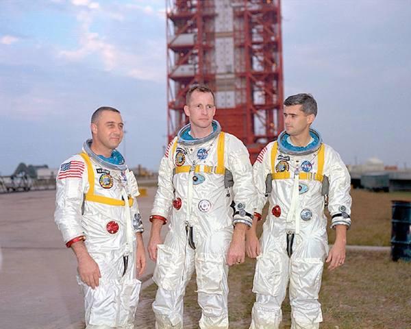 رواد الفضاء (من اليسار إلى اليمين) غوس غريسوم، إد وايت، وروجر تشافي أمام مجمع الإطلاق 34. الحقوق: NASA