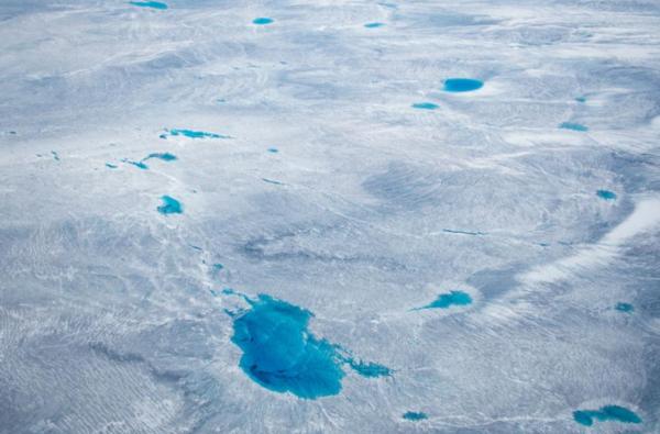 تغطي جرينلاند كمية هائلة من الثلوج لكن الثلج يذوب أربع مرات أسرع مما كان يعتقد، مما يشير إلى أن جرينلاند تقترب من نقطة تحول خطيرة، مع مضاعفات ارتفاع مستوى سطح البحر. حقوق الصورة: Photograph By Michael Melford, Nat Geo Image Collection