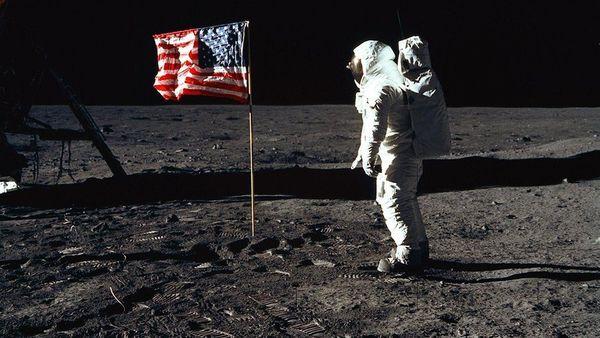 ألدرين بجانب العلم الأمريكي بعد نصبه على سطح القمر. حقوق الصورة: ناسا