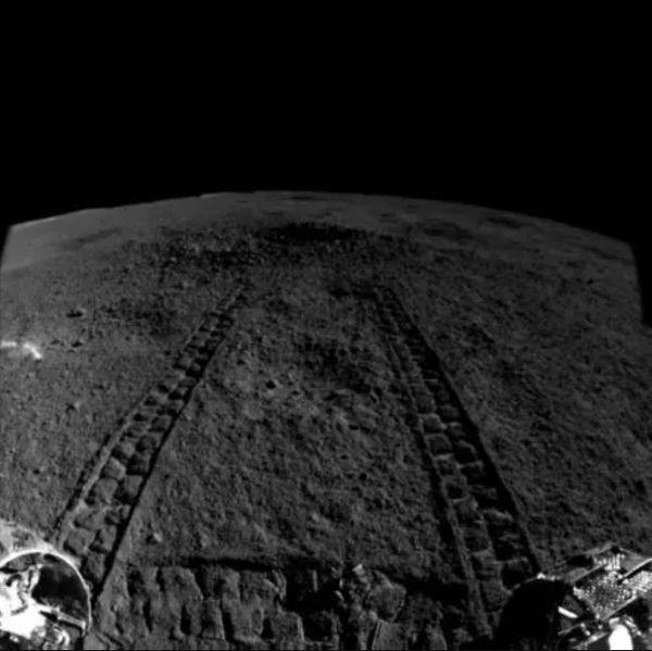 مسارات تظهر اقتراب المتجول Yutu-2 من الفوهة لتحليل المادة الشبيهة بالهلام حقوق الصورة (China Lunar Exploration Project)