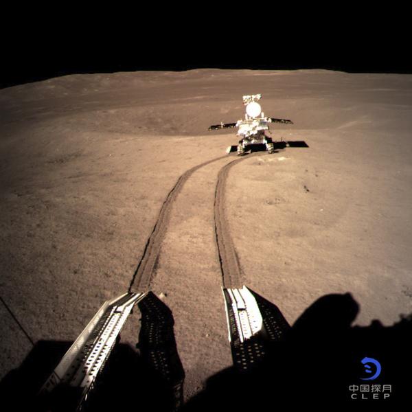 صورةٌ للمركبة الجوالة يوتو 2 Yutu 2 أثناء استكشافها الجانب البعيد من القمر بعد فترةٍ قصيرة من هبوطها في 2 يناير/كانون الثاني 2019. حقوق الصورة: CNSA