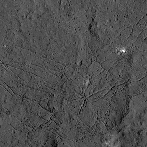 الأرضية ذات الانكسارات لفوهة دانتو على كوكب سيريس ويمكن رؤيتها في الصورة الملتقطة من قبل مركبة داون التابعة لناسا، وتماثل الانكسابات الموجودة في فوهة تايكو، واحدة من أحدث وأكبر الفوهات على قمر الأرض، وقد يكون السبب بهذه الانكسارات التبريد بعد الذوبان، أو عندما ترتفع أرضية الفوهة بعد تشكّل الفوهة الكامل.  مصدر الصورة: NASA/JPL-Caltech/UCLA/MPS/DLR/IDA