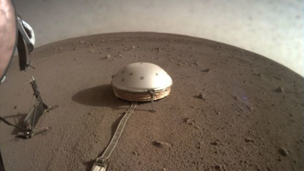 التقطت مركبة انسايت التابعة لناسا هذه الصورة تظهر فيها جهاز رصد الاهتزازات بتاريخ 7 أبريل/نيسان 2019 (Image: © NASA/JPL-Caltech)