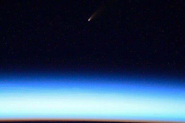 المذنب نيو وايز كما يظهر من محطة الفضاء الدولية في صورةٍ شاركها رائد الفضاء الروسي إيفان فاغنر Ivan Vagner في 4 يوليو/تموز2020 (حقوق الصورة: إيفان فاغنر/روسكوزموس/ ناسا)
