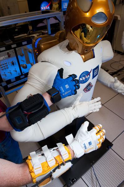 القفازات الروبوتية المصنعة عبر تعاون مستمر بين ناسا وشركة General Motors. وتستعمل تكنولوجيا R2 لزيادة قوة قبضة الإنسان.