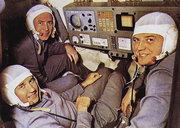 رواد فضاء مركبة سويوز 11 فيكتور باتساييف وجورجي دوبروفولسكي وفلاديسلاف فولكوف في قمرة محاكاة الطيران. حقوق الصورة: NASA