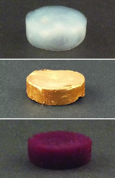 رغوة من خيوط البروتين النشوية من دون الذهب في الأعلى، مع جزيئات الذهب المجهرية في الوسط، ومع جزيئات الذهب النانوية في الأسفل. المصدر: Nyström G et al المواد المتقدمة 2015.