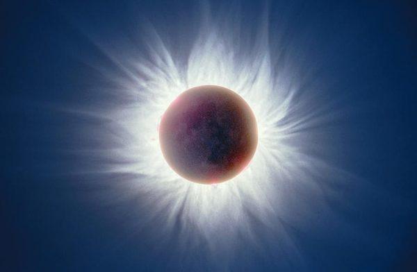 صورة مركبة تظهر الكسوف الكلي للشمس عام 1999 وهي المرة الأولى التي يظهر فيها مرئياً بشكل قريب شمال أمريكا منذ 1979 حقوق الصورة: Fred Espenak.