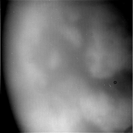 التقطت مركبة كاسيني الفضائية التابعة لوكالة ناسا هذه الصورة غير المُعالجة لقمر زحل تيتان خلال آخر تحليقٍ منخفض لها بالقرب من قمر تيتان الضبابي ذي الحجم الكوكبي في 21 نيسان/أبريل 2017.   حقوق الصورة: NASA/JPL-Caltech/Space Science Institute