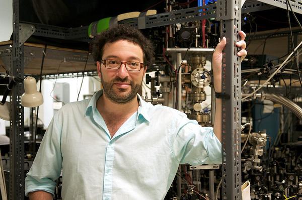 أيفرايم ستاينبرغ Aephraim Steinberg الفيزيائي في جامعة تورنتو تابع مسألة وقت حفر الأنفاق لعقود. حقوق الصورة: Matthew Ross