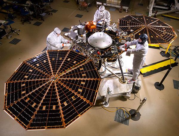تُظهر هذه الصورة قيام الخبراء بفتح الألواح الشمسية الخاصة بمركبة الهبوط إنسايت InSight التابعة لناسا في اختبارٍ تمّ داخل غرفةٍ نظيفةٍ تابعة لشركة الأنظمة الفضائية لوكهيد مارتن Lockheed Martin Space Systems في دنفر. وهذا هو الشكل الخارجي الذي ستبدو عليه المركبة الفضائية أثناء وجودها على سطح المريخ.  حقوق الصورة: NASA/JPL-Caltech/Lockheed Martin