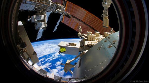 يقول دون إنه يلتقط الصور أثناء تحركه بسرعة 8 كيلومتر في الثانية -أسرع من طلقة نارية- على متن محطة الفضاء الدولية.