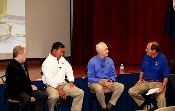 موظفو مركز كينيدي للفضاء يستمعون إلى مناقشة مع الأشخاص المساهمين في نيو هورايزنز