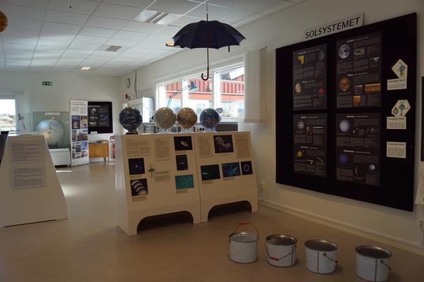 معلومات مصوّرة وتفاصيل عن كواكب مجموعتنا الشمسية من أحد أجزاء المعرض التعليمي.