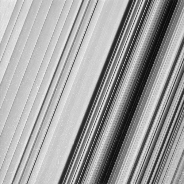 تظهر هذه الصورة منطقة من حلقة زحل الخارجية B. وقد شاهدت مركبة كاسيني الفضائية هذه المنطقة بمستوى دقة أعلى بمرتين مما تم رصده سابقًا، ومن خلال هذه المشاهدة يتضح وجود الكثير من التفاصيل الأدق التي تحتاج أن يكشف عنها. حقوق الصورة: NASA/JPL-Caltech/Space Science Institute