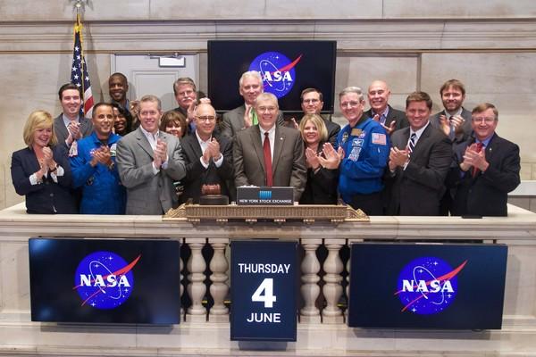 مسؤولون في ناسا جنباً إلى جنب مع شركائهم في الرحلات الفضائية التجارية يعلنون إغلاق بورصة نيويورك يوم الخميس 4حزيران 2015. وتعمل ناسا مع القطاع الصناعي للتمكن من إجراء بحوث جديدة بعيداً عن محطة الفضاء الدولية التي تستفيد منها البشرية وتعزز نمو فرص اقتصادية أخرى في الرحلات الفضائية. المصدر: بورصة نيويورك