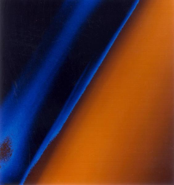 التقطت مركبة فوياجر 1 هذه الصورة بتاريخ 12 نوفمبر/تشرين الثاني من سنة 1980 من على مسافة تقدر بـ 13,700 ميل (22 ألف كم)، وتظهر فيها عدة طبقات من الضباب التي تغطي سطح القمر تيتان. تظهر صورة الألوان الزائفة هذه تفاصيل طبقات الضباب الذي يغطي سطح القمر، حيث يبدو المستوى العلوي من الهباء الجوي الكثيف الموجود فوق أطراف القمر باللون البرتقالي. المصدر: NASA/JPL