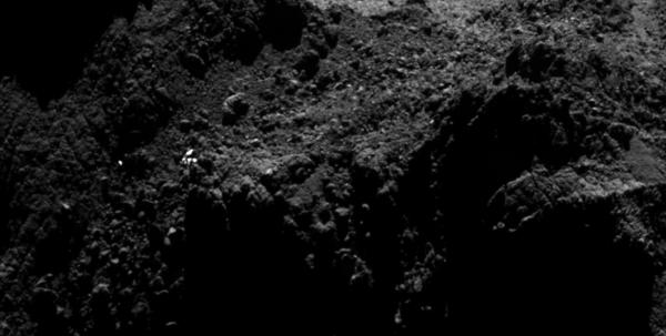 صورة مقرّبة تظهر المنطقة كونسيرت، حيث يمكن مشاهدة عدد من النقاط المضيئة. وبينما يُرجّح أن يكون موقع واحد فقط (في أفضل الأحوال) هو الذي يحتوي على فيلي، يجب أن تكون باقي النّقاط مرتبطة بتضاريس سطحيّة على نواة المذنّب.  Credits: ESA/Rosetta/MPS for OSIRIS Team MPS/UPD/LAM/IAA/SSO/INTA/UPM/DASP/IDA