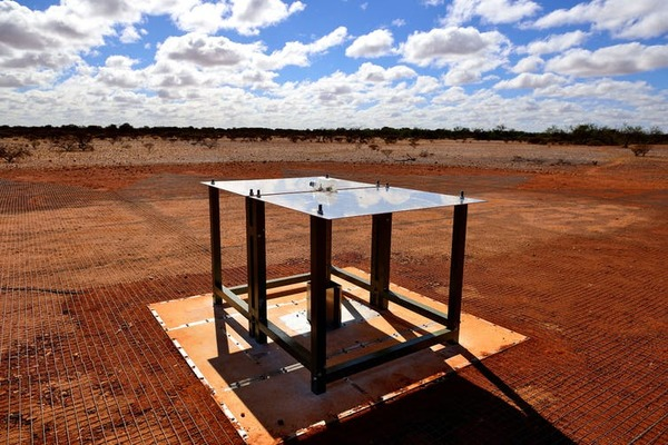 حقوق الصورة: CSIRO نحن نعلم أنه ينبغي العثور على الخفوت في الجزء المشع من الطيف الكهرومغناطيسي، بطولٍ موجيٍّ 21 سم (8.2 بوصة).