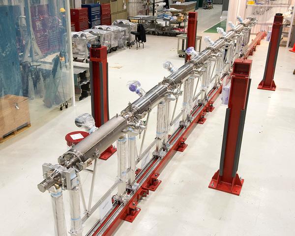 سلسلة التجاويف المستخدمة في مصدر الضوء المترابط للمسرع الخطي الثاني.  المصدر: Fermilab