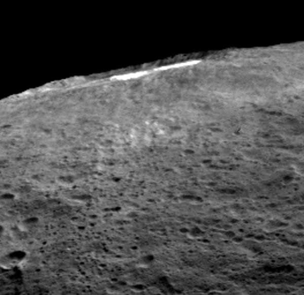 يشير مجموعة من علماء بعثة دون إلى أنه عند وصول ضوء الشمس إلى مكان فوهة أوكاتور، تتشكل هناك طبقة ضبابية رقيقة مكونة من الغبار والماء المتبخر.  المصدر: NASA/JPL-Caltech/UCLA/MPS/DLR/IDA