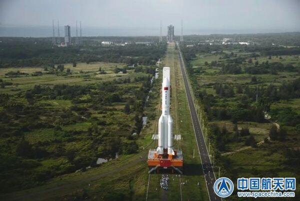 صورة لعملية نقل صاروخ لونج مارش 5 بي الصيني الأول إلى منصة الإطلاق في مركز وينشانغ للإطلاق الفضائي في جزيرة هاينان في جنوب الصين تحضيراً لإطلاقه. (China Aerospace and Science and Technology Corporation)