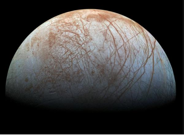 قمر المشتري يوروبا Eouropa والذي يخفي محيطاً من المياه السائلة تحت طبقته المتجمدة. Credit: NASA/JPL-Caltech/SETI Institute