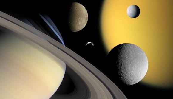 صورة مجمَّعة لزحل (أسفل اليسار) وبعضٍ من أقماره: تيتان وإنسيلادوس وديون وهيلين. حقوق الصورة: NASA/JPL/Space Science Institute.