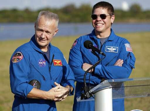 رائدا الفضاء التابعين لناسا، دوغ هيرلي، على اليسار، وبوب بهنكن، على اليمين، أثناء إجابتهما على الأسئلة خلال مؤتمر صحفي قبل إطلاق الرحلة التجريبية في مركز كينيدي للفضاء في كيب كانافيرال، فلوريدا، يوم الجمعة، 1 مارس، 2019. من المقرر إرسالهما إلى محطة الفضاء الدولية على متن الرحلة التجريبية الثانية للكبسولة التابعة لشركة سبيس أكس في وقت لاحق من هذا العام.  حقوق الصورة: AP Photo/John Raoux