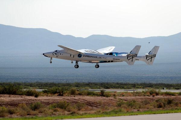 صورة للطائرة التي حملت مركبة يونيتي إلى ارتفاع 13 كيلومتر تقريباً من ميناء أمريكا الفضائي في نيو مكسيكو يوم الأحد 12 يوليو. حقوق الصورة: AP Photo/Andres Leighton