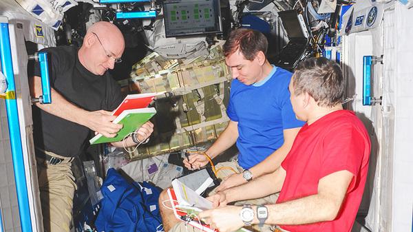 رائد فضاء ناسا سكوت كيلي ورائدا الفضاء الروسيان من محطة الفضاء الروسية (روسكوزموس Roscosmos) ميخائيل كورنينكو وسيرغي فالكوف يجرون المراجعات على متن محطة الفضاء الدولية في أيلول/سبتمبر 2015.