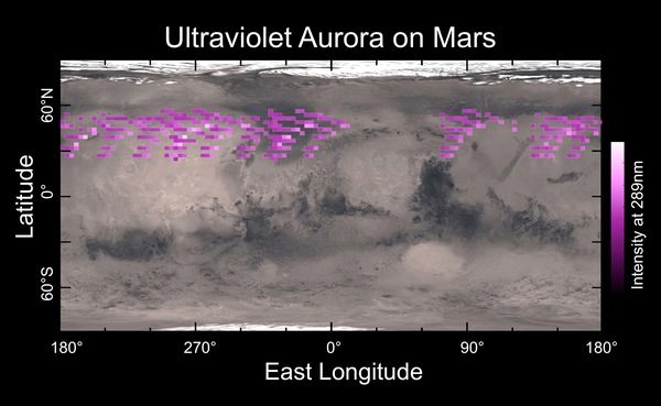 """وُضعت هذه الخارطة للشفق القطبي على سطح المريخ في كانون الأول/ديسمبر 2014 بواسطة """"مقياس الطيف التصويري بالأمواج فوق البنفسجية"""" (IUVS) الموجود على متن المركبة مافن، حيث تَظهر متراكبةً على سطح كوكب المريخ. وتُظهر الخارطة أن الشفق القطبي كان منتشراً في نصف الكرة الشمالي دون أن يكون مرتبطاً بأي وضع جغرافي معين. وقد رُصد الشفق القطبي في جميع الأرصاد التي أجريت طوال فترة تمتد إلى خمسة أيام. المصدر: جامعة كولورادو."""