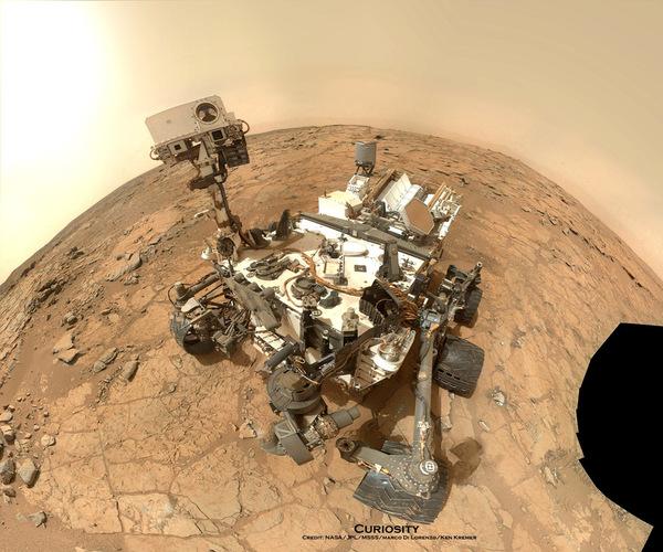 التقط الجوال المريخي كيوريوسيتي (Mars Rover Curiosity) التابع لناسا هذه الصورة الذاتية له، والتي تم تركيبها من حوالي 50 صورة التُقطت باستعمال الكاميرا MAHLI المُركّبة على الذراع الروبوتية للجوال بتاريخ 3 فبراير/شباط 2013. تُبين هذه الصورة كيوريوسيتي وهو في موقع حفرة جون كلين (John Klein drill). هناك حفرة مرئية في الجزء السفلي الأيسر. المصدر: NASA/JPL/MSSS/Marco Di Lorenzo/Ken Kremer- kenkremer.com