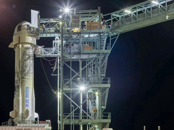 يقف صاروخ وكبسولة نيو شيبرد غير المأهولة، الجديدان والتابعتان لشركة بلو أوريجين أعلى منصة الإطلاق في غرب تكساس استعداداً لعملية الإطلاق يوم 23 كانون الثاني/ يناير عام 2019 أثناء إجراء تجارب تابعة لوكالة ناسا. حقوق الصورة: Blue Origin