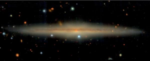 حافة مجرة UGC 10738، وبنية القرص مرئية بشكل واضح. (Jesse van de Sande/ESO)