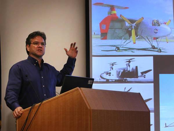 أثناء حديث مارك مور في الندوة، استعرض تصورات لطائرات سابقة وظّفَت نظام الإقلاع والهبوط العمودي (VTOL).   حقوق الصورة: ناسا/ دافيد بومان.