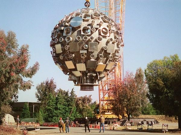 صورة لحجرة الهدف يتم رفعها ونقلها إلى خليج الهدف في يونيو/حزيران 1999