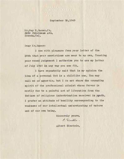 تظهر هذه الصورة غير المؤرخة الموجودة في مبنى المزاد رسالة مكتوبة في 28 أيلول/سبتمبر 1949 من قبل الفيزيائي الأسطورة ألبرت آينشتاين حول اعتقاده بالله. اشتهر آينشتاين في كل أصقاع العالم بنظرية النسبية والأبحاث التي ساعدت على تطوير القنبلة النووية مما جعله الفيزيائي الأسطع في القرن العشرين. ولكن لم يكن يُعرف الكثير عن ألبرت آينشتاين الأب الذي كان قلقاً حول ابنه الذي لم يكن يأخذ دراسته للهندسة على محمل الجد، كما كان ممتناً لعمه المفضل الذي كان قد أعطاه لعبة تحتوي على محرك بخاري حين كان صبياً، مما أدى إلى إيقاظ اهتمام بالعلوم دام مدى الحياة. كما كان يعتقد أن الخيانة التي تعرض لها أحد أصدقائه من زوجته ليست بذلك الأمر العظيم. تندرج هذه الرسائل وغيرها، بما في ذلك آراؤه الشخصية بالله والسياسة، بين 27 رسالة سيتم طرحها للمزاد العلني في هذا الأسبوع. مصدر الصورة: AP Photo