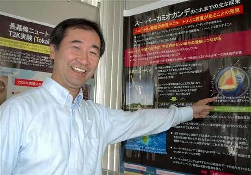 تظهر هذه الصورة الملتقطة في سبتمبر/أيلول 2011 الياباني تاكاكي كاجيتا مدير معهد بحوث الأشعة الكونية و أستاذ في جامعة طوكيو، أثناء تواجده في معهد الجامعة لبحوث الأشعة الكونية في كاشيوا، بالقرب من طوكيو. وقد حصل كاجيتا مع ماكدونالد على جائزة نوبل في مجال الفيزياء بحيث أُعلن عنها يوم الثلاثاء 6 أكتوبر/تشرين الأول 2015 نظراً لاكتشافهما تذبذبات النيوترينو. المصدر: Kyodo News via AP