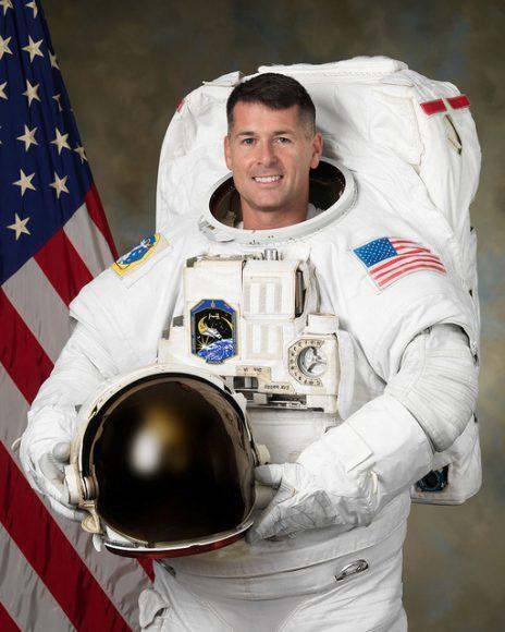 رائد الفضاء شين كيمبروف الذي أخذ الكرة الى الفضاء مصدر الصورة: NASA