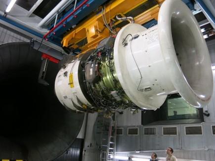 قياس كميات الانبعاث المجراة على محرك طائرة بالتعاون بين ايمبا و المكتب الفيدرالي السويسري للطيران المدني و اس ار تكنيكس  ملكيتها: ايمبا.